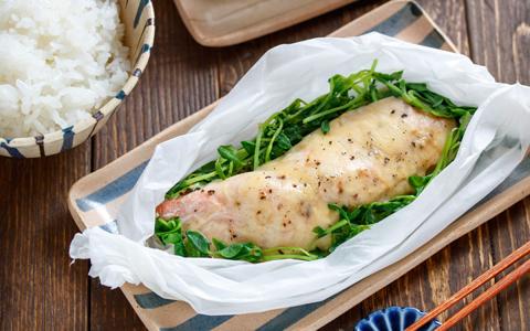 鮭と豆苗のガーリックチーズ重ね蒸し