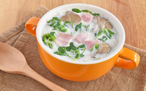 豆苗とベーコンの春雨ミルクスープ