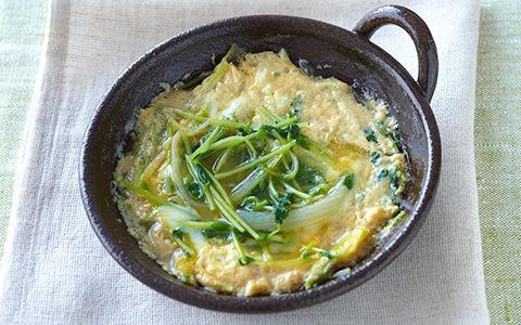 豆苗とたまねぎの卵とじ