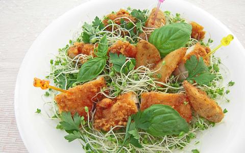 ブロッコリー スーパースプラウトとフライドチキンのサラダ