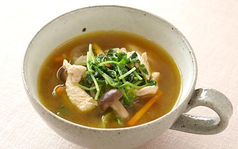 鶏肉と細切り野菜のコンソメスープ
