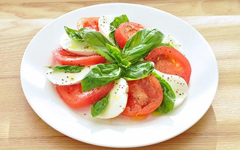 フレッシュバジルとトマトのカプレーゼ