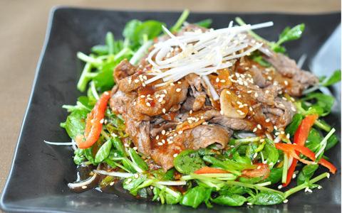 牛肉と豆苗の焼肉サラダ