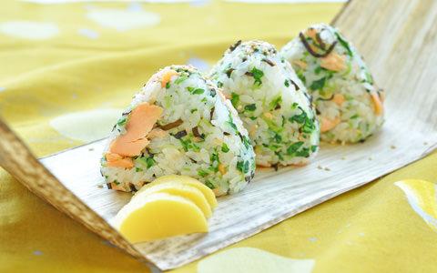豆苗と鮭のおむすび