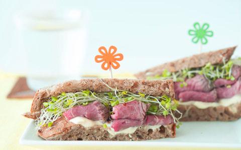 ローストビーフとスプラウトのサンドイッチ