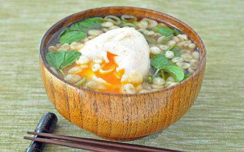 豆苗と落とし卵のみそ汁
