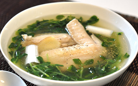 豆苗と鶏手羽の美肌スープ